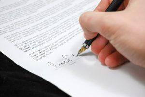 La signature d'un compromis ou avant-contrat lorsque vendeur et acquéreur sont des particuliers.
